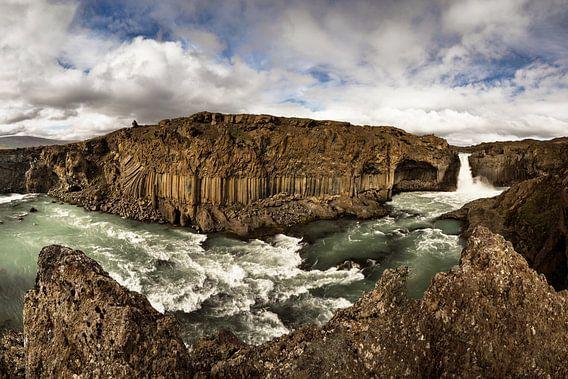 Panorama mit Wasserfall, Felsen und weiter Landschaft