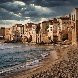 Nuages sombres au-dessus des maisons de Cefalù en Sicile sur iPics Photography