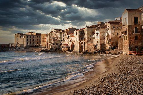 Dunkle Wolken über den Häusern von Cefalù in Sizilien von iPics Photography