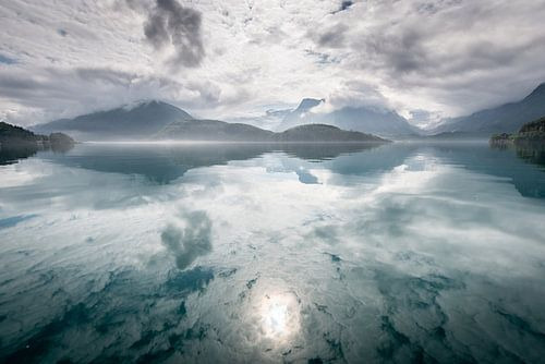 Reflectie van bergen en wolken