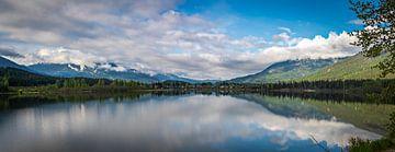 Panorama van een meer in het zuiden van Brits Columbia, Canada van Rietje Bulthuis