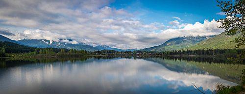 Panorama van een meer in het zuiden van Brits Columbia, Canada