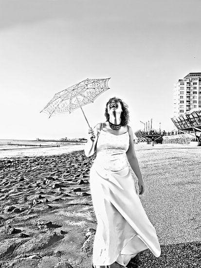 De lachende bruid (2016, zwart-wit)