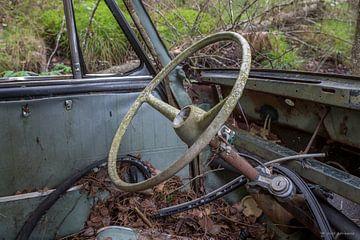 Stuur in auto op kerkhof in bos in Ryd, Zweden van Joost Adriaanse