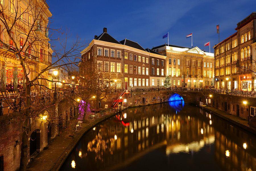 Oudegracht in Utrecht tussen Bezembrug en Stadhuisbrug