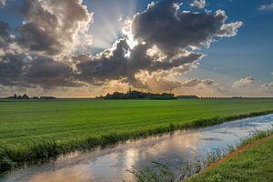Zicht op Cornwerd aan de Friese IJsselmeerkust in het avondlicht
