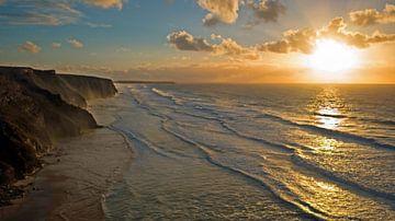 Aerial van een zonsondergang aan de westkust in Portugal van