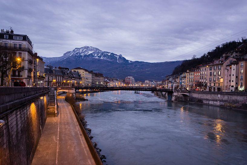 Isère river in Grenoble, blue hour. van Luis Fernando Valdés Villarreal Boullosa