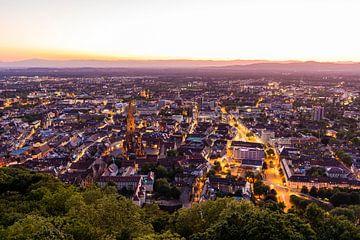 Altstadt von Freiburg im Breisgau am Abend von Werner Dieterich