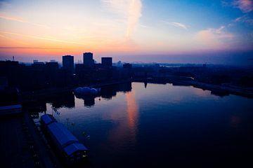 Rotterdam ontwaakt bij zonsopgang van Pieter Wolthoorn