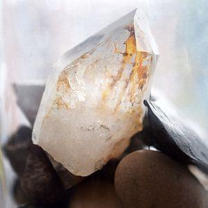 Bergkristal met keien en leisteen van