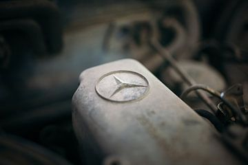 Mercedes star sur une voiture ancienne classique sur Natasja Tollenaar