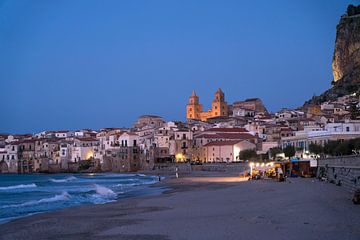 Cefalu in de schemering, Sicilië van Peter Schickert