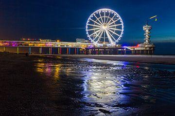 Scheveningen Pier Reuzenrad in de nacht met reflectie op het zand sur Dexter Reijsmeijer