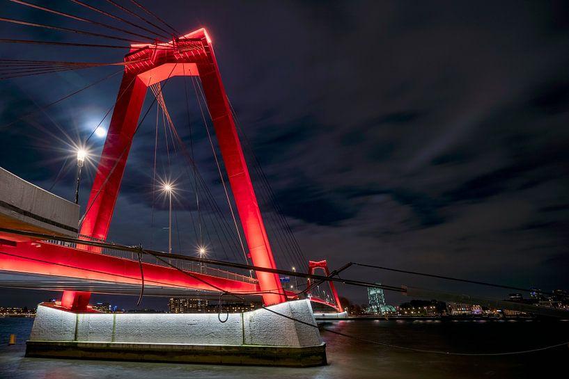 Willemsbrug Rotterdam by night van Karl Smits