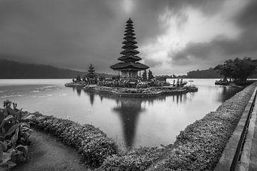 Ulun-Danau-Beratan-Tempel mit seinem Spiegelbild im See von Anges van der Logt