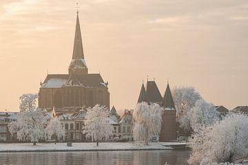 Uitzicht op Kampen en IJssel in de winter van Sjoerd van der Wal