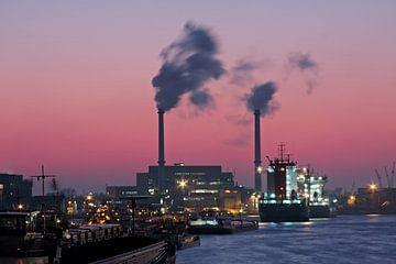 De haven van Rotterdam bij zonsondergang in Nederland van Nisangha Masselink