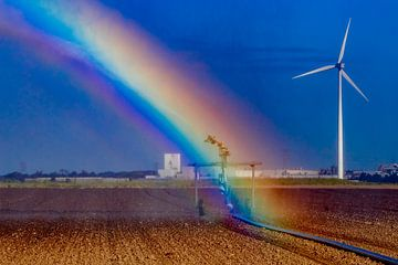Regenbogen bei der Bewässerung des Ackerlandes von Niels Wenstedt