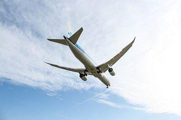 Dreamliner van KLM vlak voor landing op Schiphol van Robin Smeets
