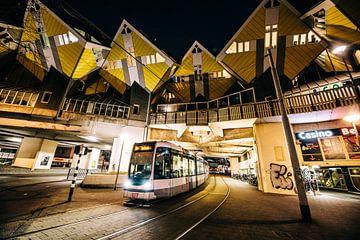 Kubuswoningen met Tram in Rotterdam van Jordy Brada
