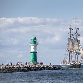 Segelschiff am Leuchtturm von Jürgen Schmittdiel Photography