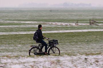 Fietser door besneeuwd landschap von Christiaan Klompstra