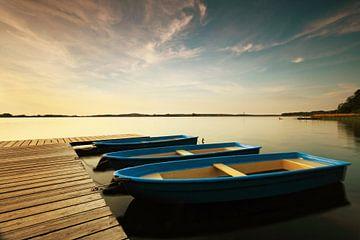 Boote am Steg im Sonnenuntergang