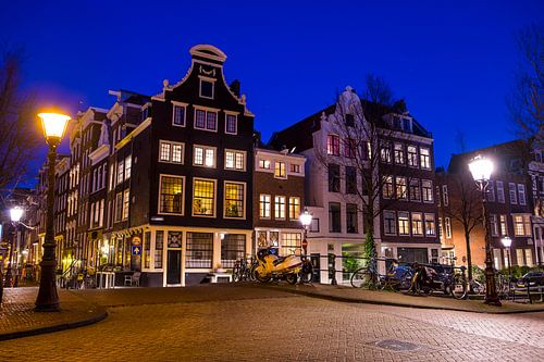Grachtenpanden Herengracht - Blauwburgwal met diepblauwe avondlucht net na zonsondergang