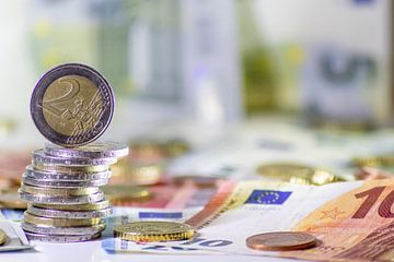 Stapels euromunten met staande 2 euromunten, bestaande uit 2 euro-, 1 euro- en centstukken met een s van Christian Feldhaar