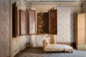 Ein antikes Schlafzimmer mit Sofa von Perry Wiertz