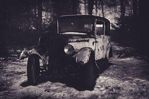 Oldtimer in het bos van