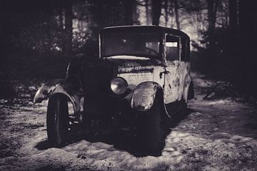 Altes Auto im Wald von Maikel Brands