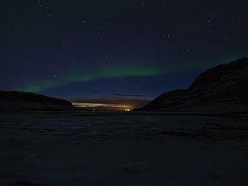 Aurora boog over de Álftafjöður fjord van Timon Schneider
