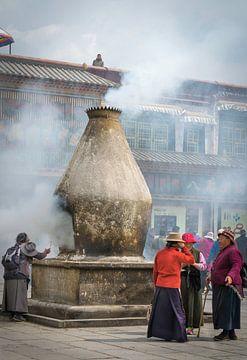 Straßenszene in Lhasa, Tibet von Rietje Bulthuis