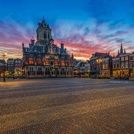 Delft bij zonsondergang ... van Marc de IJk