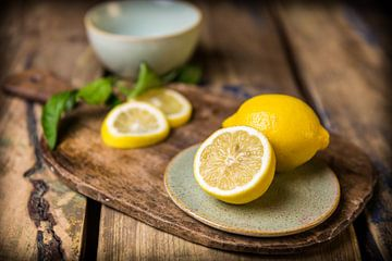 Food-photo of an open sliced lemon sur
