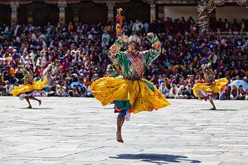 Dansende monniken tijdens het dragon festival in Thimphu Bhutan. Wout Kok One2expose van