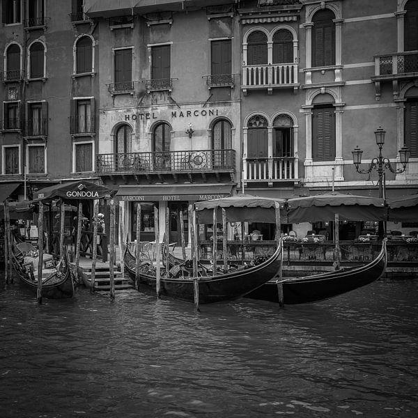 Italië in vierkant zwart wit, Venetië - Hotel Marconi - Grand Canal