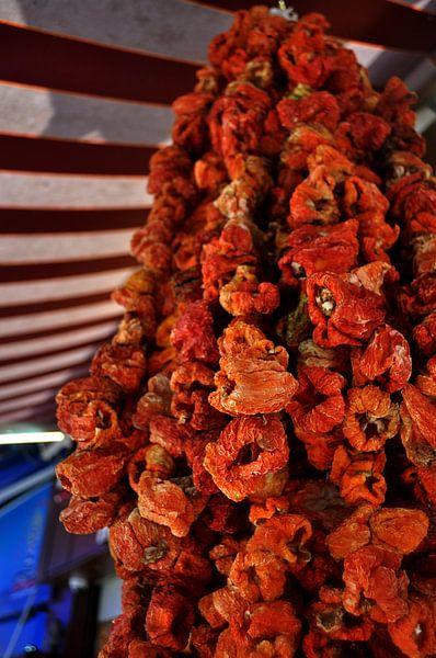 Kleurige koopwaar in een Turkse bazaar van Hanne Dijkstra