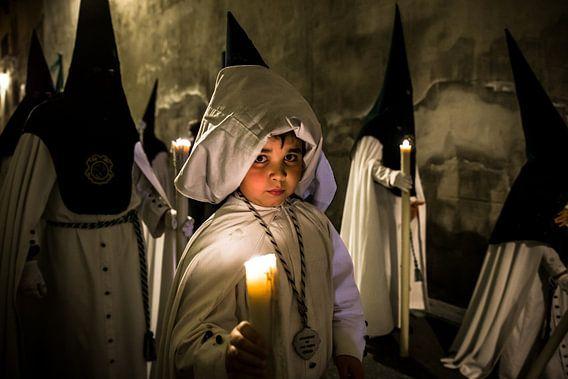 Kind in broederschap tijdens processie van de semana santa in Sevilla Spanje. Wout Kok One2expose