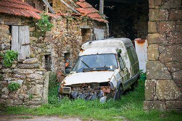 Urbex-Foto eines verrosteten Autos, in einer verlassenen Scheune von Patrick Verhoef