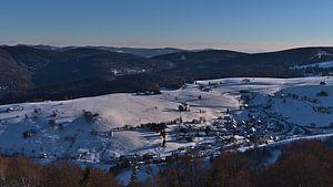 Panoramisch uitzicht over het dorp Hofsgrund, Zwarte Woud in de winter