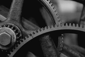 Zahnräder aus Stahl einer historischen Maschine von Heiko Kueverling