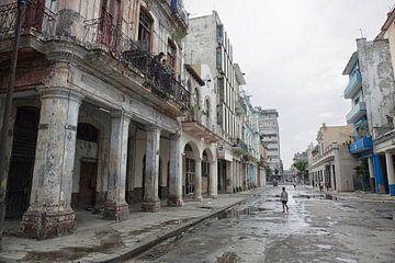 Alte Gebäude und laufende Menschen auf der Straße der Altstadt von La Havana von Tjeerd Kruse