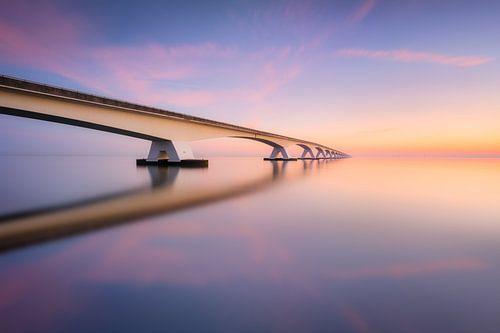De Zeelandbrug tijdens een kalme zonsopkomst
