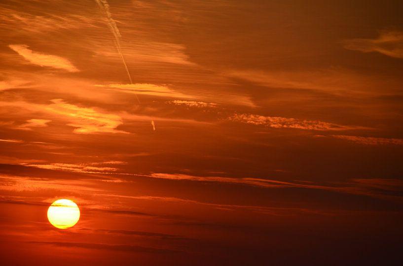 Gloeiende Zon en hemel  van Marcel van Duinen