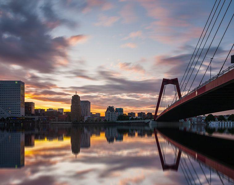 Willemsbrug Rotterdam at sunset van Ilya Korzelius