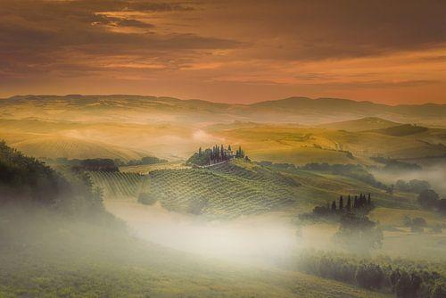 Mistige zonsopkomst in Toscane ...