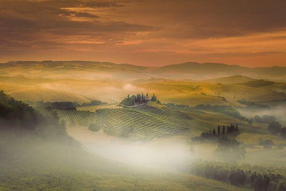 Mistige zonsopkomst in Toscane ... van Marco van Dijk